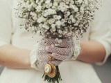 white crocheted gloves with white ruffles look chic and romantic and don't look too refined, so they can be worn with many looks