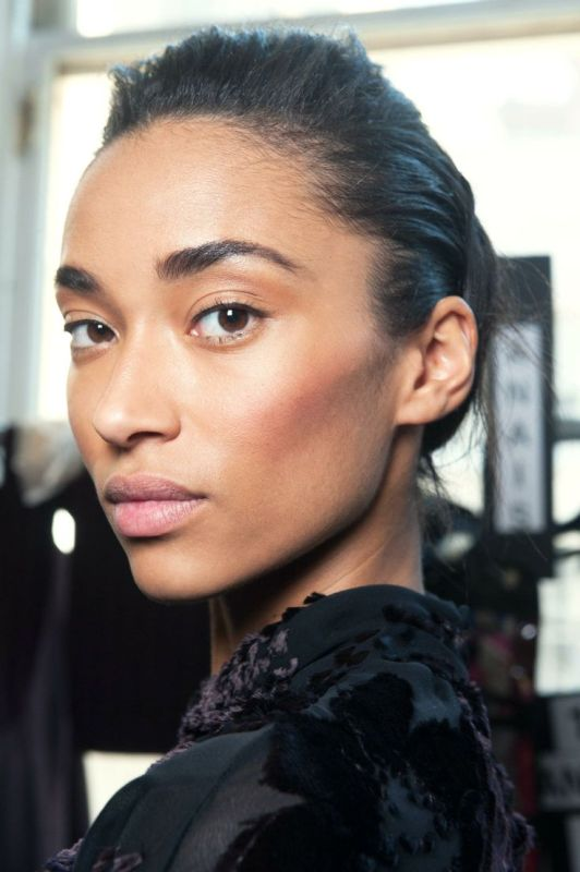 a nude makeup with blush, highlighter, a nude lip and very neutral eyeshadows looks as if there's no makeup on