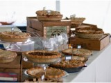 a rustic pie bar with boxes, crates, plates, delicious pies and some cutlery is ideal and easy to realize