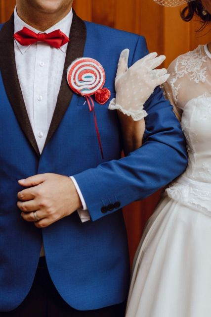 Picture Of Funny Ways To Incorporate Lollipops Into Your Wedding 10
