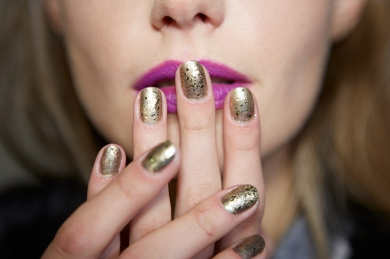 gold nails with black speckles are a nice fit a modern bride who wants a bit of moodiness and chic