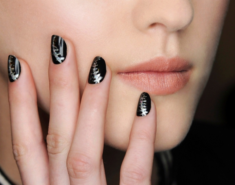black nails with silver touches look chic, stylish and statement like and will fit many bridal looks