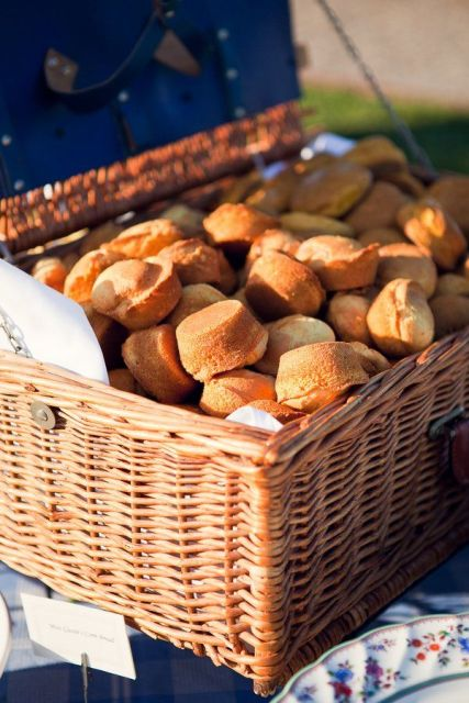 display buns and cakes in baskets to highlight the rustic and informal style of your wedding