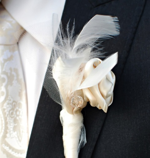 a wedding boutonniere of ribbon, feathers and tulle is a simple and fast idea