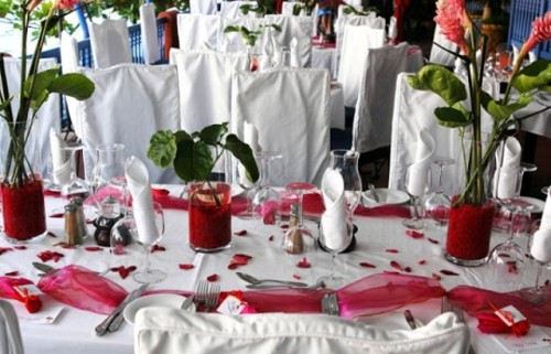 red tulle table runners and red wedding centerpieces make the decor bolder