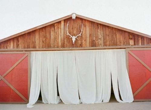 mark the entrance to the venue with curtains and antlers to make it more visible and to hint on the woodland style