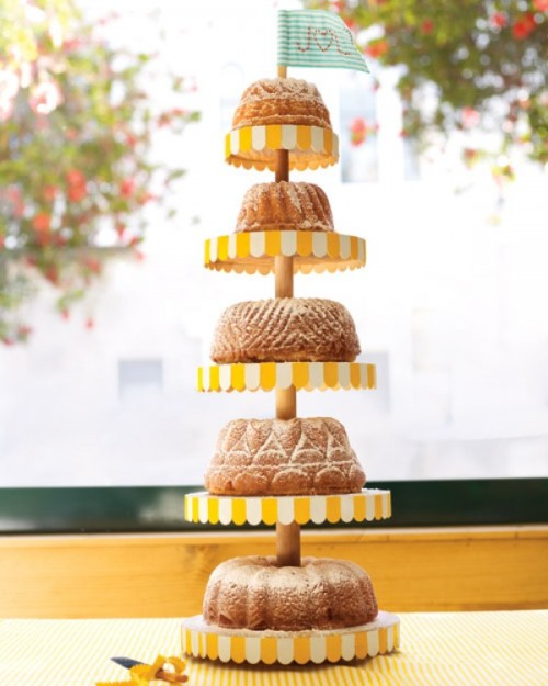 a stand with bundt cakes of various kinds is a very tasty idea with a homey feel
