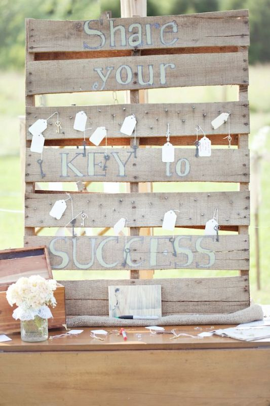a pallet wedding sign with vintage keys and tags as escort cards is a creative vintage meets rustic idea