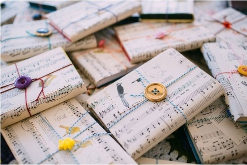wedding favors wrapped into note paper is a cool and fun idea for a modern music-loving wedding