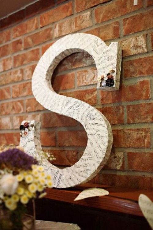 an oversized letter wrapped with note paper is a cool decoration for the venue and can be DIYed by you yourself