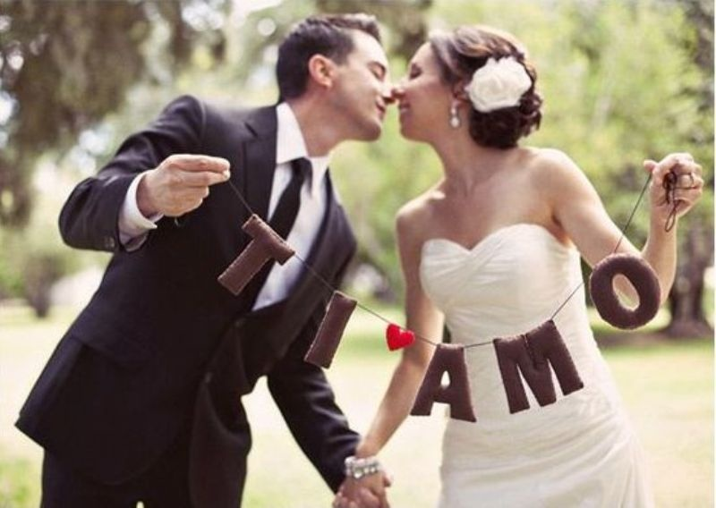 a garland with Italian words is a nice idea to decorate your wedding enjoying the location