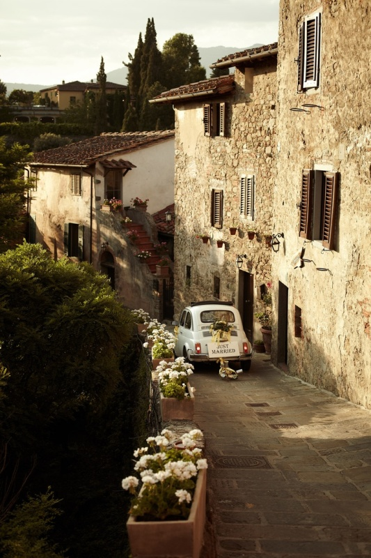 hire a retro car to escape and ride along the narrow streets of Tuscany and enjoy the beautiful architecture