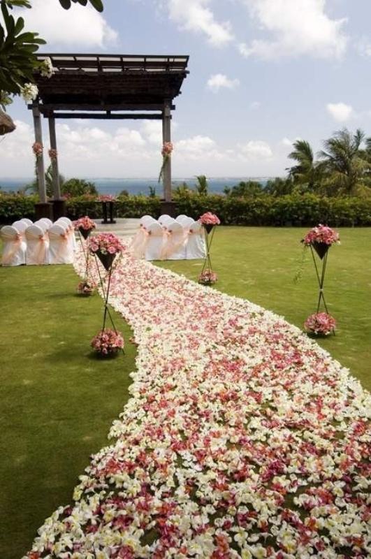 25 Romantic Wedding Aisle Petals Decor Ideas - Weddingomania