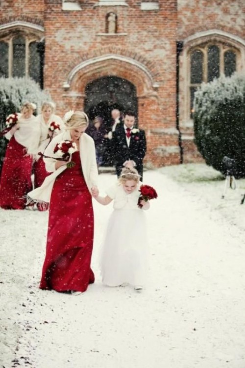 white pashmians contrast the red dresses and make the Christmas bridesmaid look bright and cozy