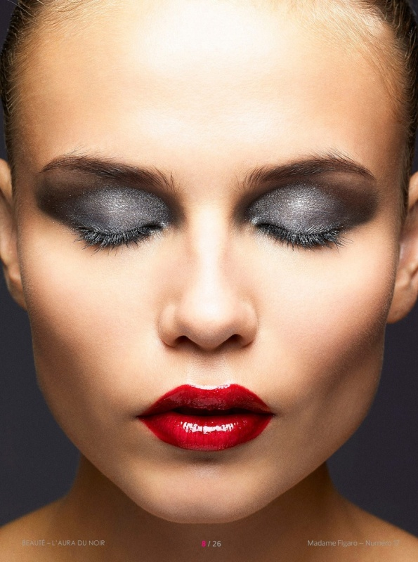 a stunning makeup with silver eyeshadows and a bold red lip is amazing for a winter wedding