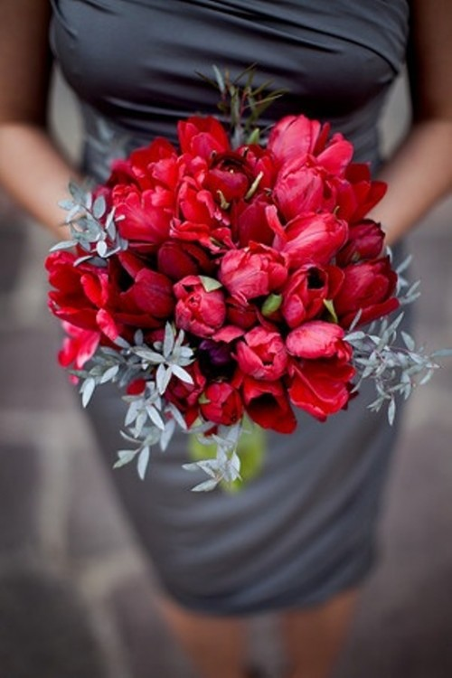 a short draped grey dress and a red bouquet are a gerat contrasting combo for such a wedding