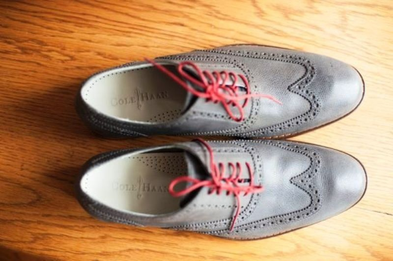 grey wedding shoes with red laces are a nice idea for grooms and groomsmen, elegant and with a touch of color