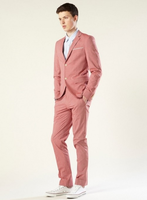 a pink suit, an off-white shirt and whiet sneakers for a modern and bright groom's outfit