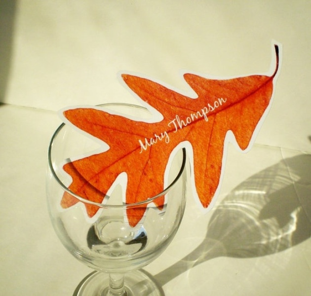 a bright fall leaf as a seating card is a cool and easy idea for a modern fall wedding