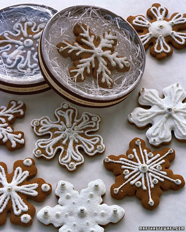 round boxes with glazed snowflake cookies are great wedding favors you can make yourself for your guests