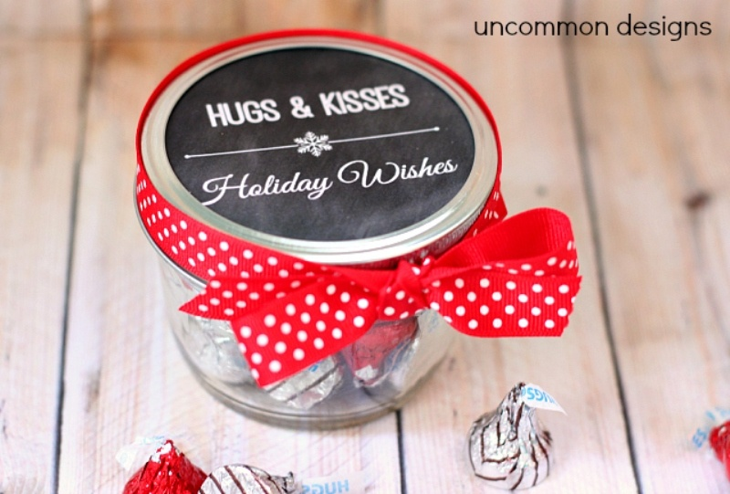 jars with chocolate candies are amazing as wedding favors and you may craft them yourself buing chocolate beforehand