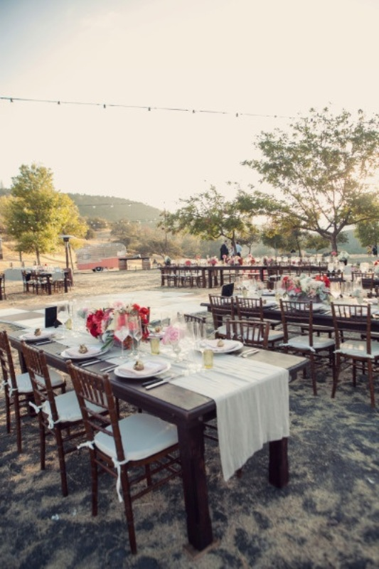 Picture Of awesome backyard wedding tables to get inspired  12