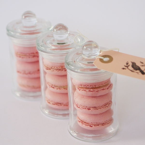 mini jars with macarons and tags are always delicious wedding favors for a beach or any other wedding