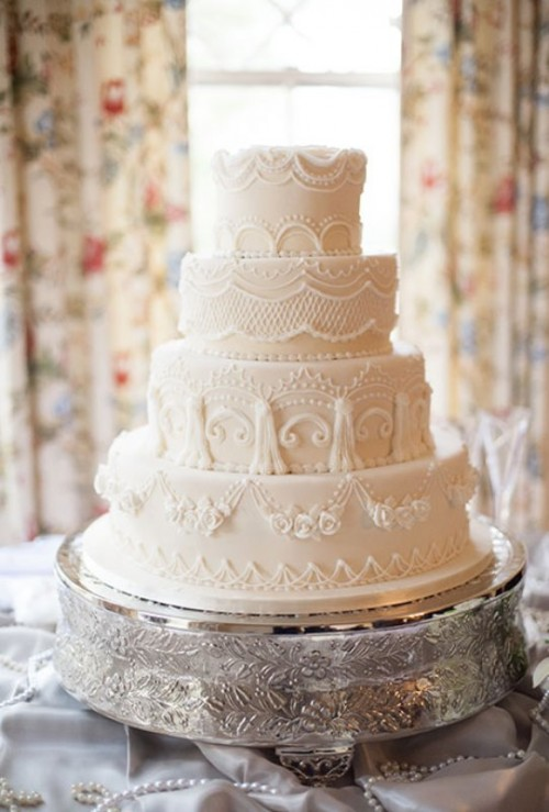 a neutral lace wedding cake is a chic and refined idea for a vintage wedding