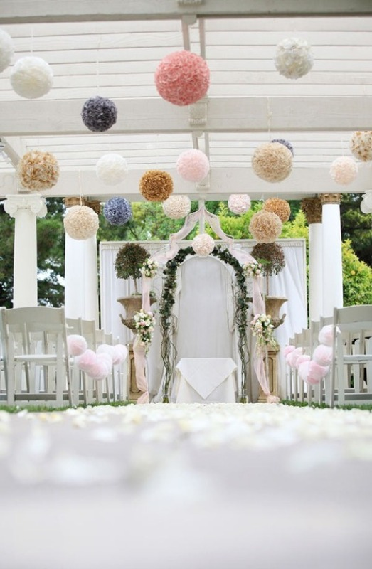 Picture of hanging paper pompoms decor ideas for your wedding for Plaque de verre pour table