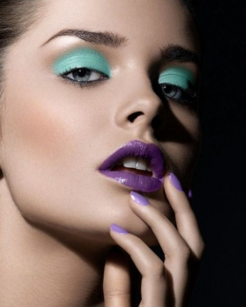 a statement mint and purple makeup - mint eyeshadows, purple lips and nails for a wow look