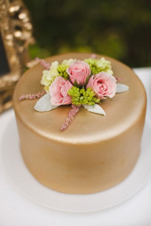 a one tier copper wedding cake topped with catchy fresh blooms is a very chic idea