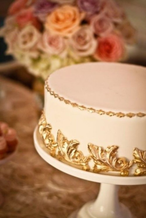 a one tier wedding cake done with refined gold touches is a very chic and elegant idea