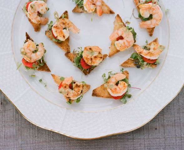 mini toasts with greenery and shrimps are great not only for the fall but also for other seasons if you lvoe seafood