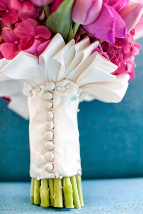 a white bouquet wrap with buttons and with hoops is a chic and refined idea for a chic wedding bouquet