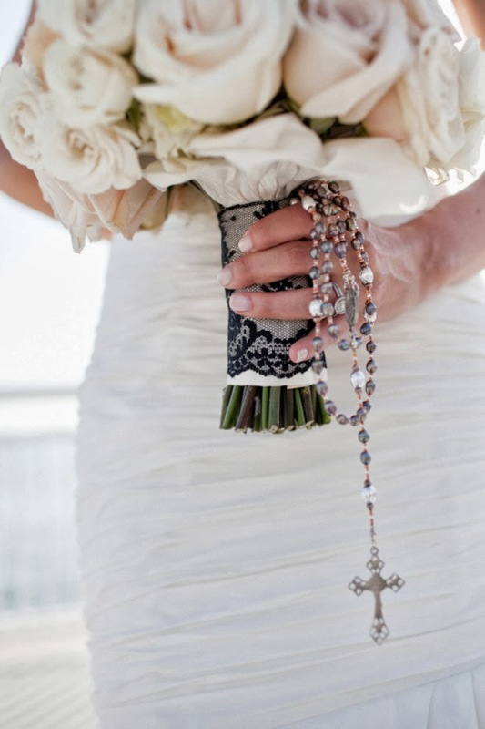 black lace, rosary and a cross for a refined and personalized wedding bouquet
