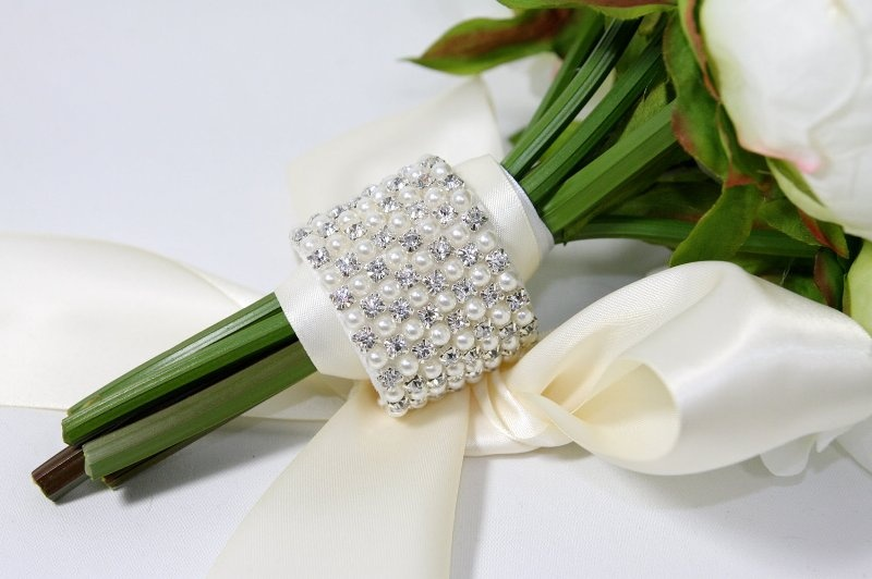 a glam ribbon and pearl wedding bouquet wrap for a glam and refined wedding bouquet