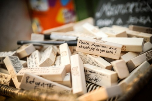 wooden pieces signed for the couple can be a nice idea for a rustic or woodland wedding