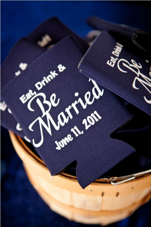 simple midnight blue and white cards or holders to highlight your wedding color scheme