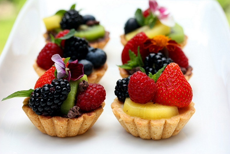 mini tartlets with custard and fresh berries and greenery are perfect for any wedding in any season