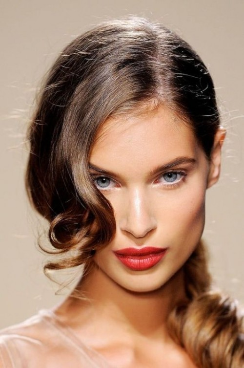 a low curly ponytail with a curled side fringe is a minimalist idea with a touch of romance
