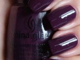 a deep purple manicure is a chic idea for a bride and bridesmaids