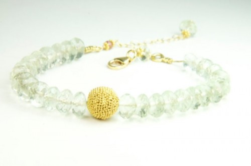 a mint colored bead bracelet with a yellow bead in the center is a very cool idea