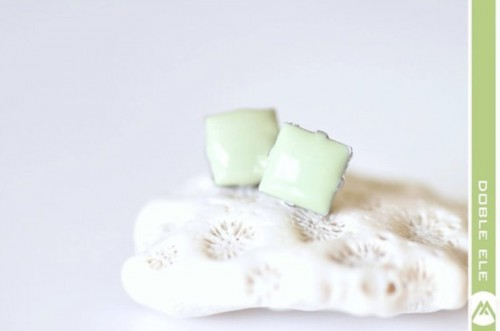 mint square-shaped earrings are nice for brides and bridesmaids to accent the look
