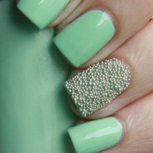 mint wedding nails and a single embellished accent nail is a bright and cool idea for a bride or bridesmaids