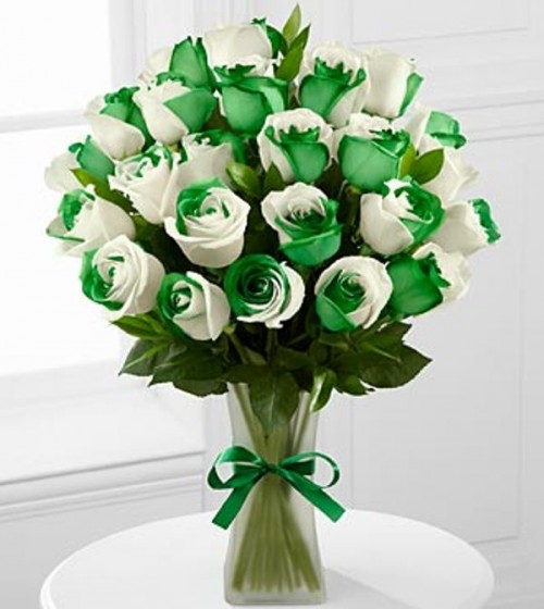 an emerald green and white wedding bouquet is a bold solution