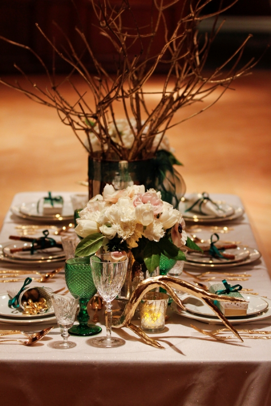 emerald glasses and greenery with white blooms for a chic and fresh table setting