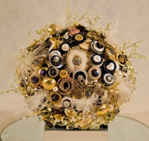 a bright wedding bouquet of buttons, brooches, feathers and pearly touches to stand out a lot