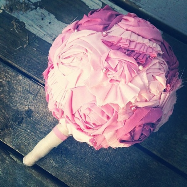 a DIY fabric flower wedding bouquet with a wrap is a bold and cool idea to craft yourself