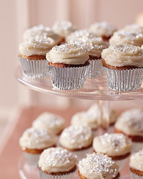 cupcakes in silver lines and topped with silver glitter are amazing for serving them at holiday and just winter weddings