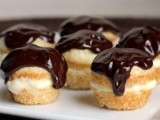 mini cakies with chocolate on top will please most of your guests